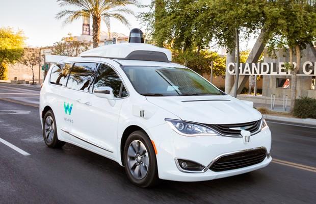 Os carros autônomos da Waymo são baseados na minivan Chrysler Pacifica (Foto: Divulgação)