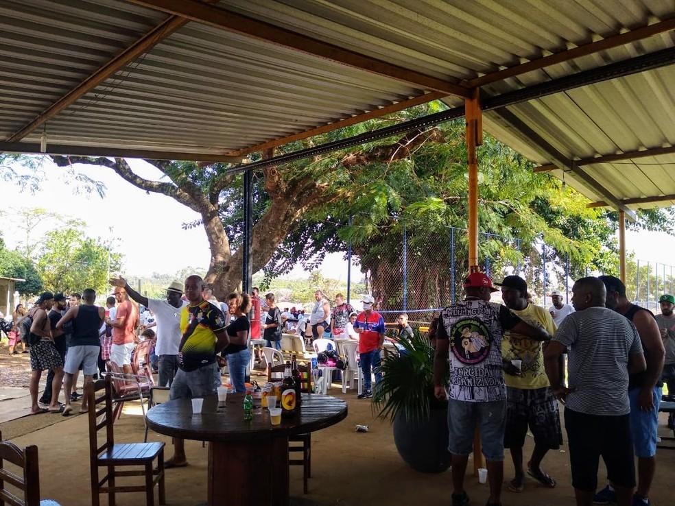 No bairro Guamium, bar ao lado de campo esportiva reunia cerca de 60 pessoas, aglomeradas — Foto: Divulgação/Prefeitura de Piracicaba
