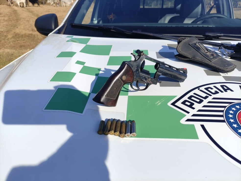 Polícia Ambiental apreende arara e armas em casa de Lagoinha. — Foto: Divulgação/PM Ambiental