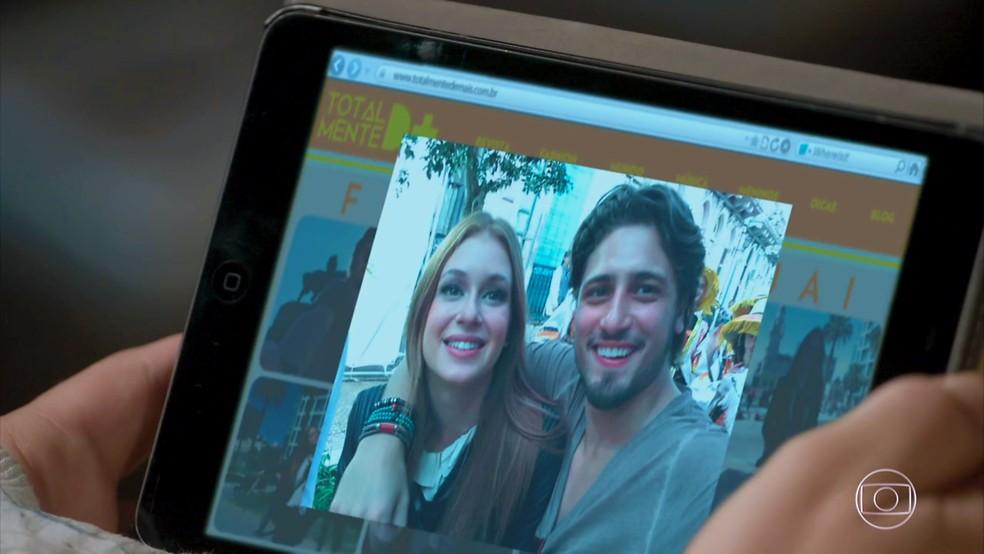 Carolina (Juliana Paes) publica fotos tendenciosas no site da revista — Foto: TV Globo