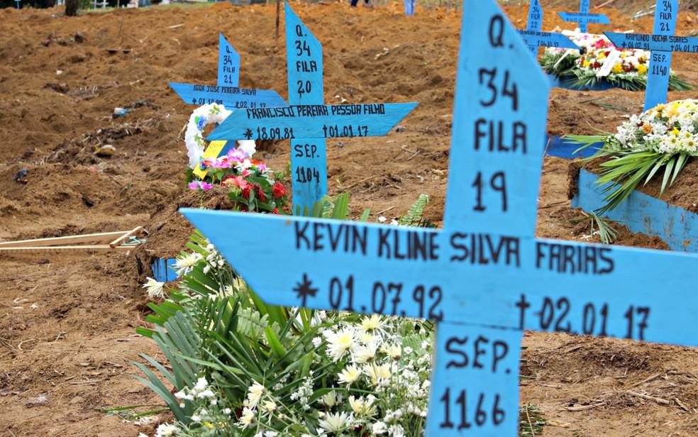 Área em cemitério de Manaus foi cedida para enterro de detentos que morreram em massacre de 2017 — Foto: Ísis Capistrano / G1 AM