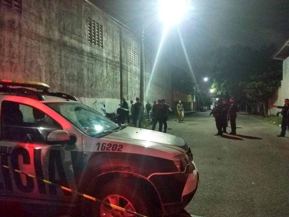 Agente penitenciário e uma mulher foram mortos a tiros quando trafegavam juntos de moto em uma rua da Grande Messejana, — Foto: Darley Melo/ Sistema Verdes Mares