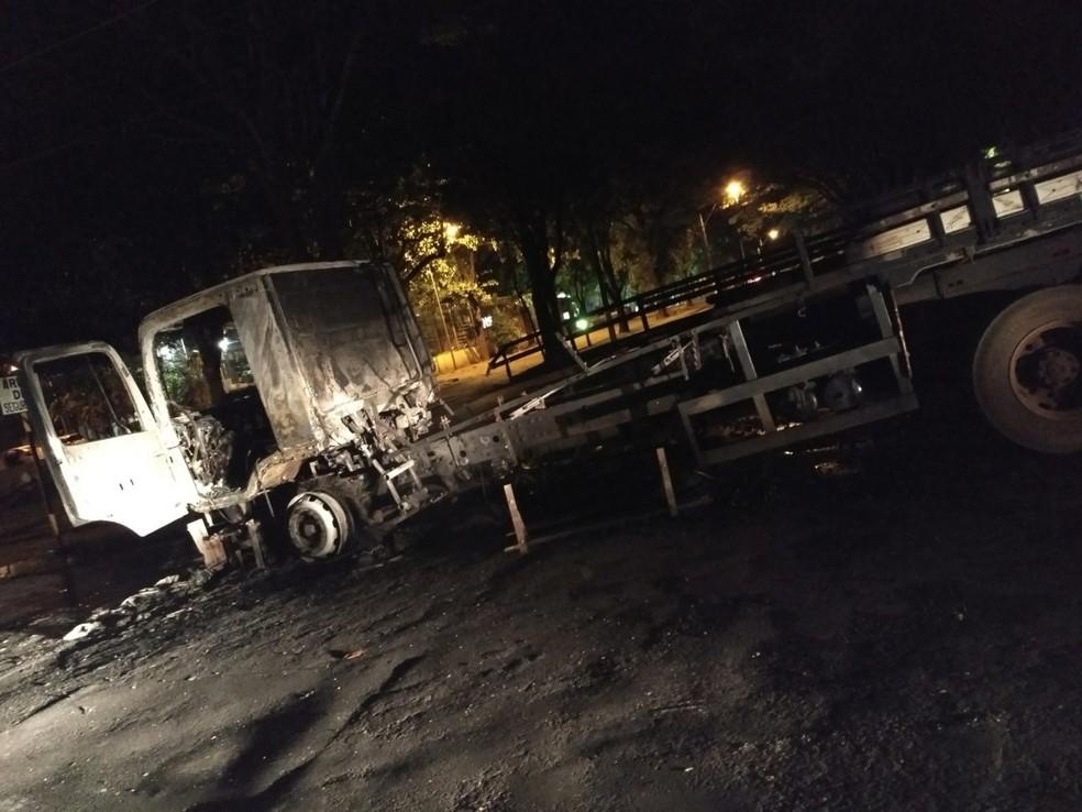 Caminhão foi incendiado para bloquear o quartel da policia (Foto: Arquivo Pessoal)