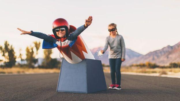 Ter variedade de experiências pode ajudar a desenvolver a confiança da criança (Foto: Getty Images via BBC News Brasil)