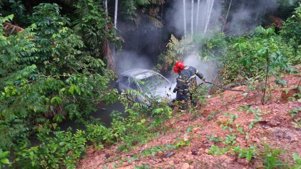 Carro do gerente do Banpará foi queimado. Bombeiros foram ao local conter as chamas — Foto: Reprodução/Redes sociais