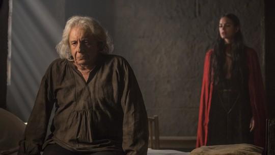 Catarina fica abalada e transfere Augusto da cela para um quarto
