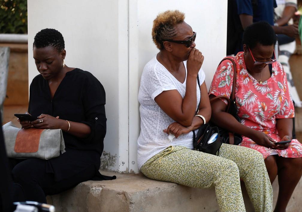No Aeroporto Internacional Jomo Kenyatta, mulher aguarda informações de voo que caiu na Etiópia. Noivo estava a bordo.  — Foto: REUTERS/Baz Ratner