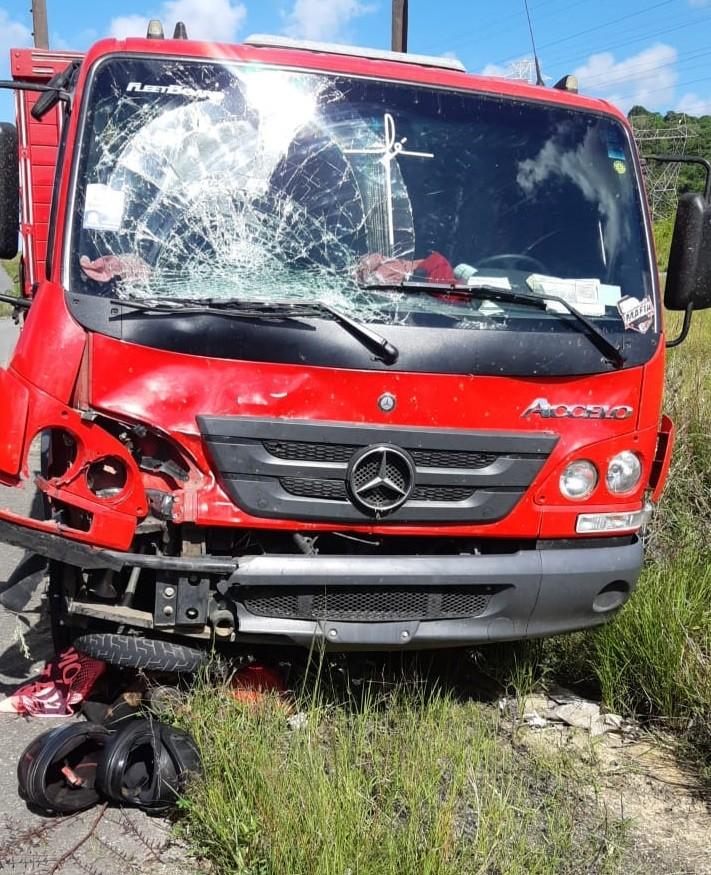 Motociclista morre após caminhão colidir com moto na BR-232, no Recife