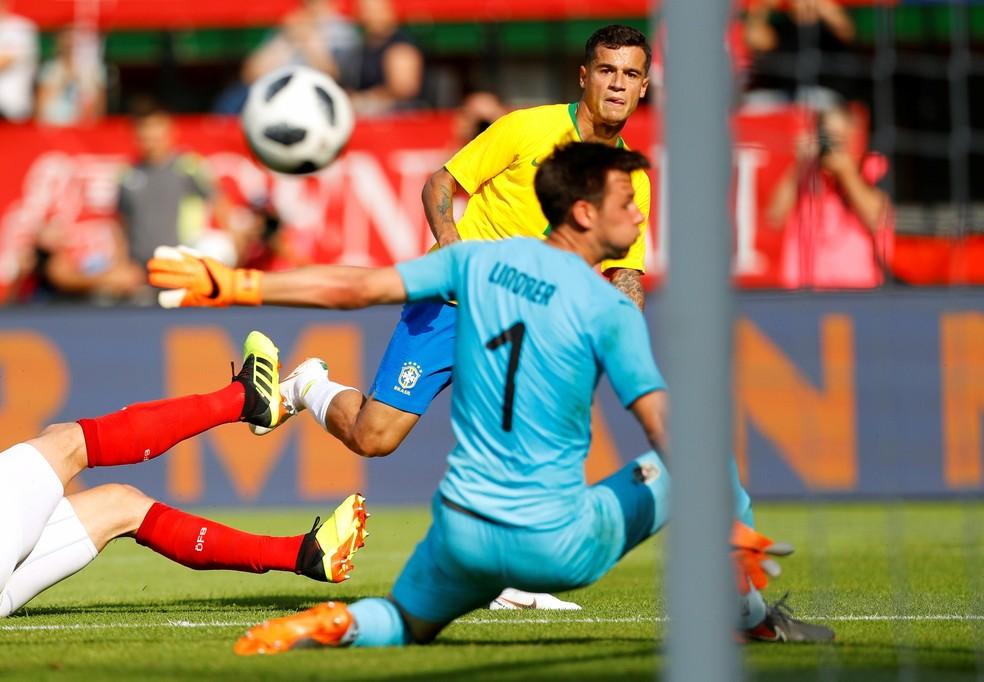 Tite elogiou o desempenho de Philippe Coutinho atuando centralizado (Foto: Leonhard Foeger/Reuters)