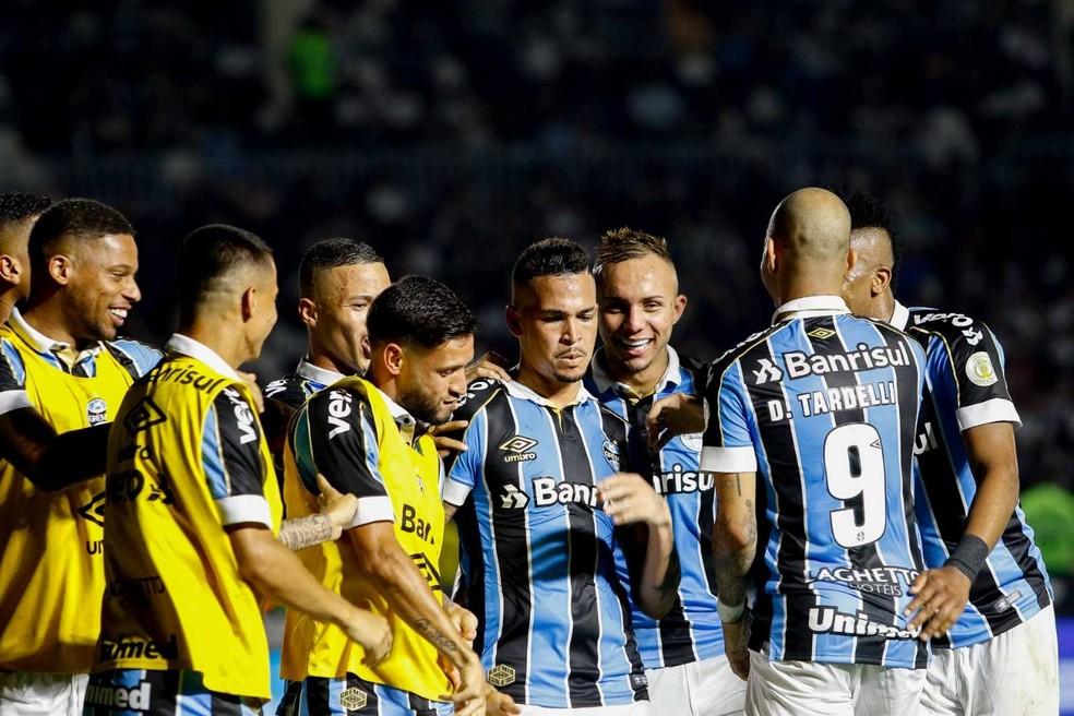 Comemoração do gol de Luciano em vitória sobre o Vasco — Foto: Rudy Trindade/Agência PressDigital