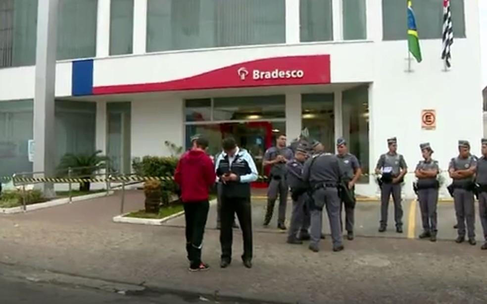 Polícia Militar cerca agência bancária assaltada nesta quarta-feira em Indaiatuba (Foto: Reprodução EPTV)