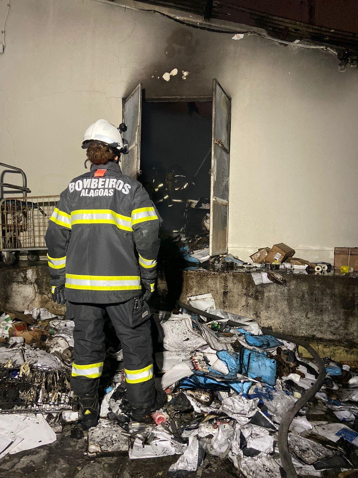 Bombeiros são acionados para combater incêndio na Santa Casa de Maceió