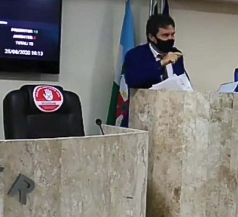 """Vereador Roberto da Loteria acusou colega Toninho de furto de celular e disse que ele """"tinha pacto com satanás"""" — Foto: Reprodução/WhatsApp"""