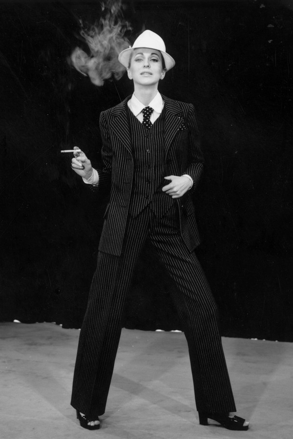 O terno risca-de-giz de Yves Saint Laurent (Foto: Getty Images)