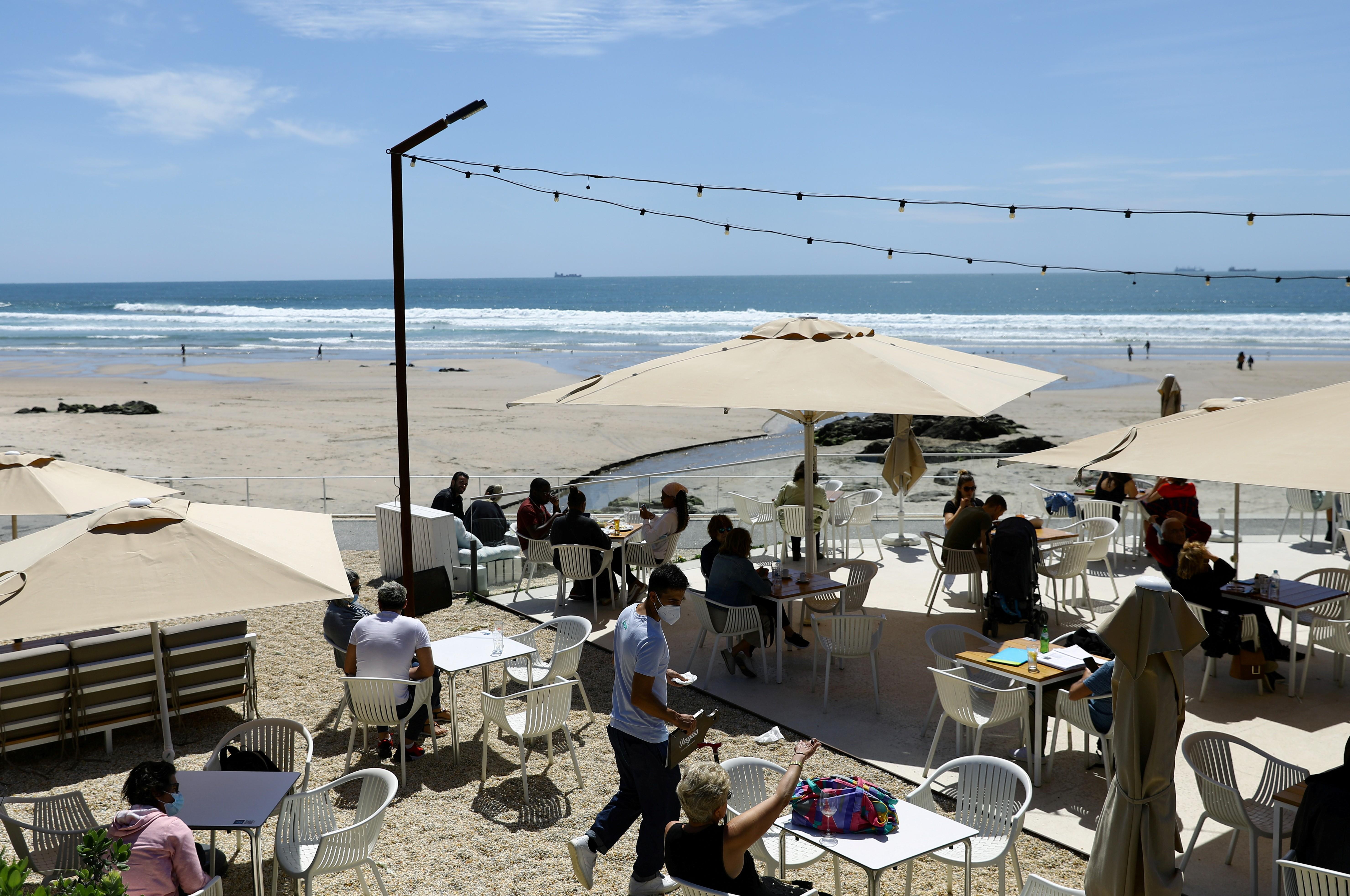 Clientes na área externa de um restaurante no Porto: exigência não abrange mesas ao ar livre
