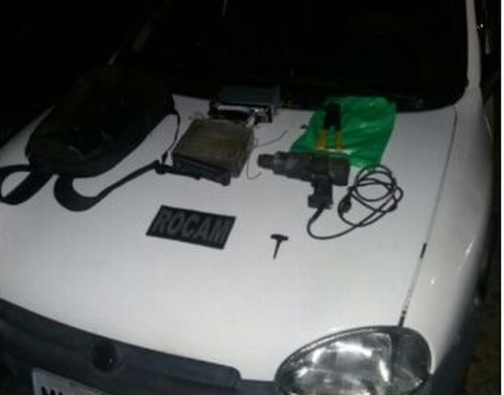 Carro foi apreendido depois que polícia encontrou telefone do dono dentro de uma bíblia (Foto: Divulgação/PM)