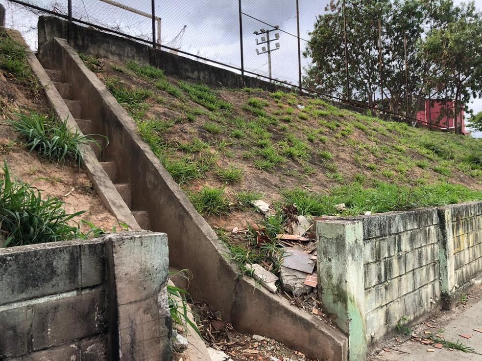 Escada atrás do campo de futebol, no bairro Tupi, em Belo Horizonte— Foto: Cristiane Leite/TV Globo
