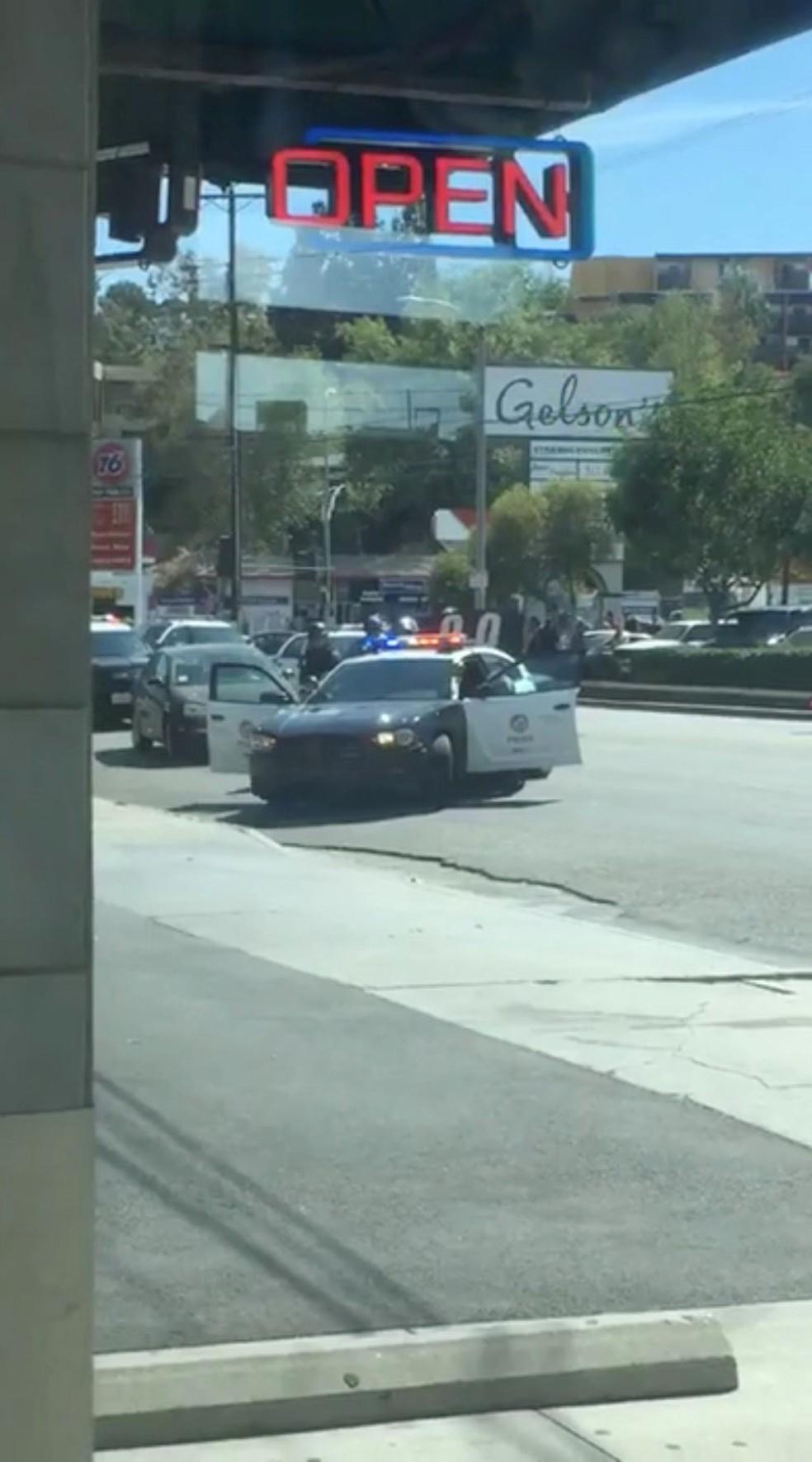 Policiais fecham o cerco a mercado onde homem armados fez reféns, em Los Angeles (Foto: @Lorisqueen/via REUTERS)