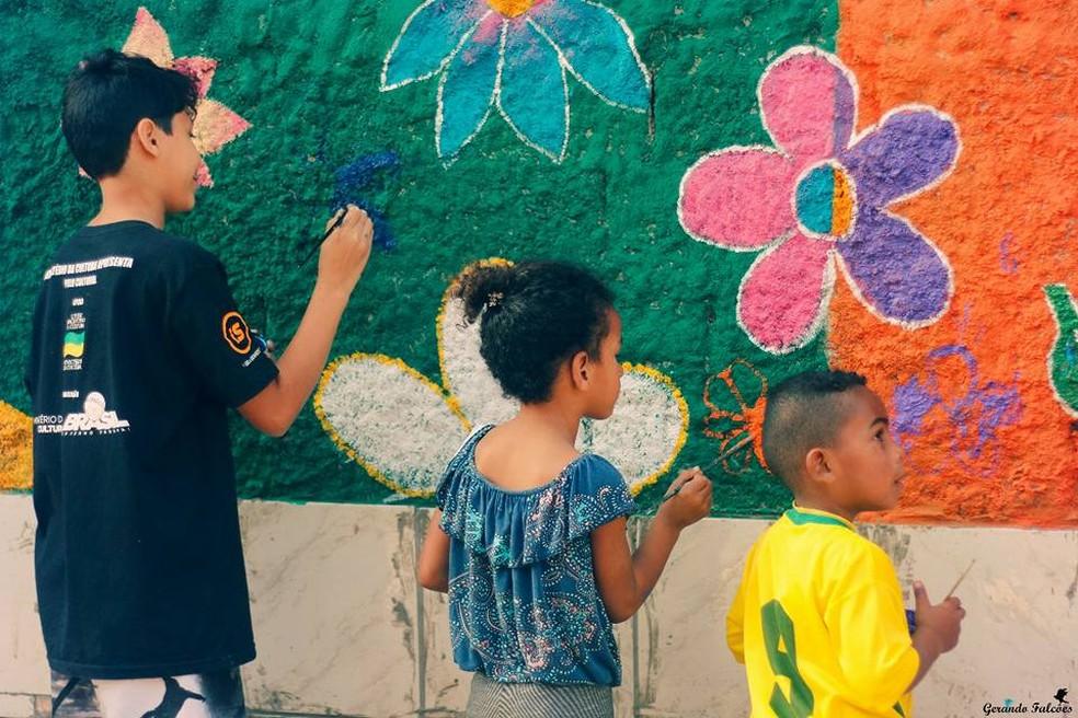 Crianças ajudam a pintar vielas em comunidade de Itaquaquecetuba (Foto: Andressa Silva/Gerando Falcões)