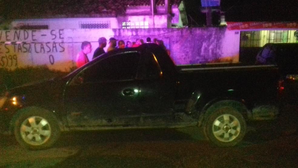Policial teria descido do carro dele já disparando contra os jovens. Na ação, a dona do estabelecimento também foi ferida (Foto: Rita Torrinha/G1)