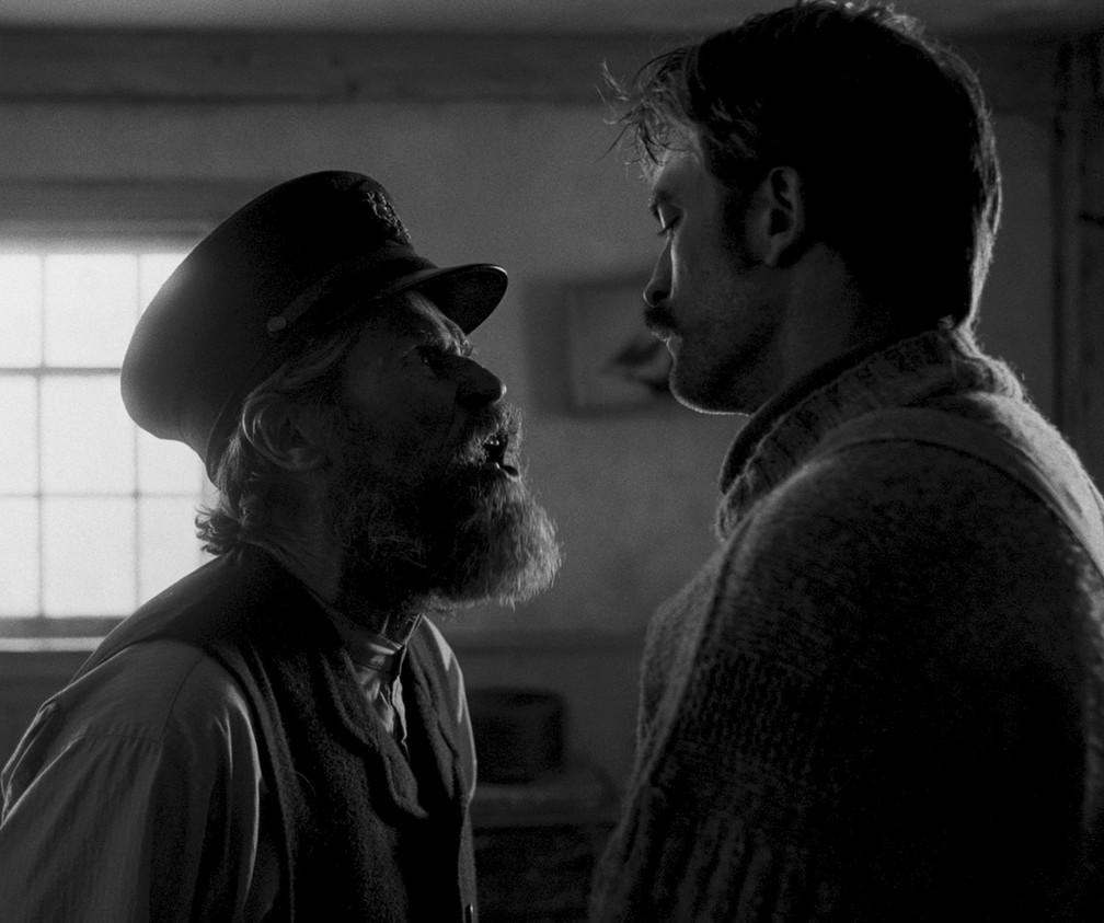 Willem Dafoe confronta Robert Pattinson em 'O Farol' — Foto: Divulgação
