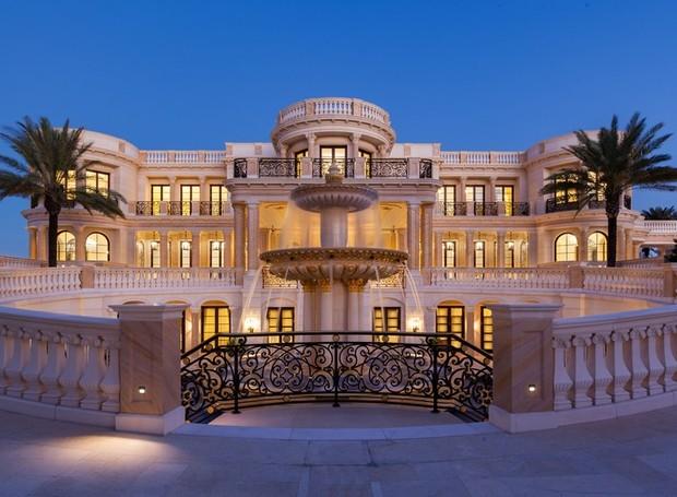 A arquitetura neoclássica está presente na fachada (Foto: Top Ten Real Estate Deals/ Reprodução)