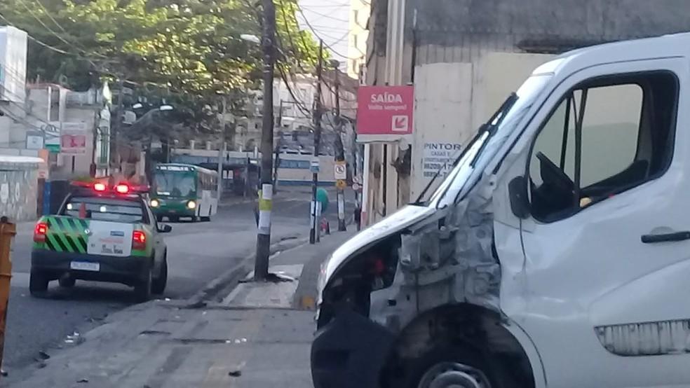 Caminhão-baú bate em poste na Avenida Joana Angélica, em Salvador — Foto: Cid Vaz/TV Bahia