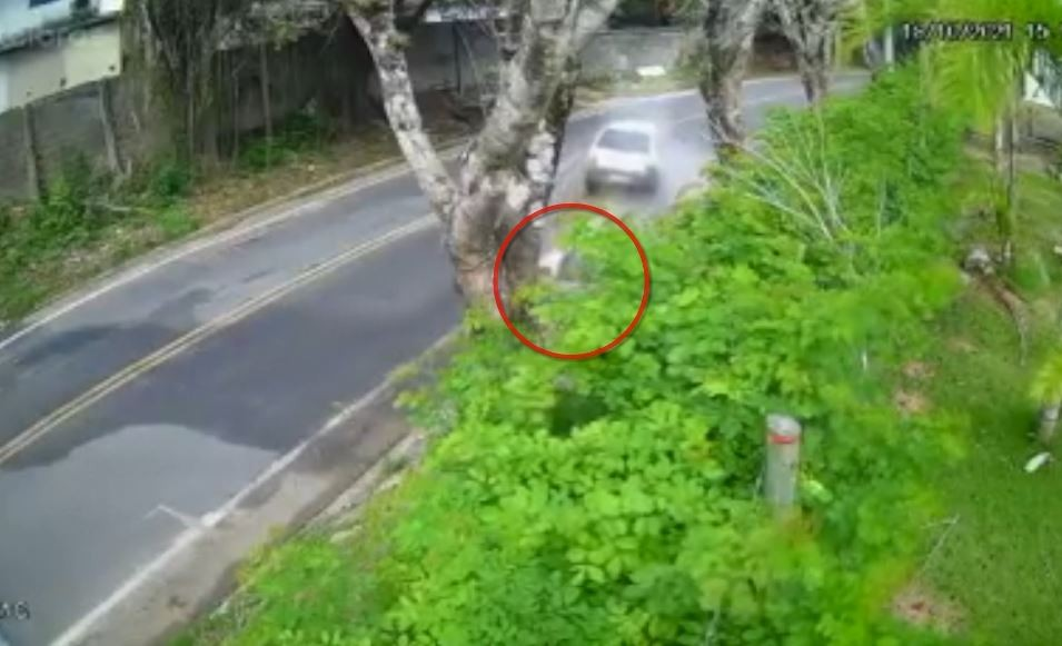 Vídeo: quatro pessoas ficaram feridas depois de carro atingir bueiro no ES