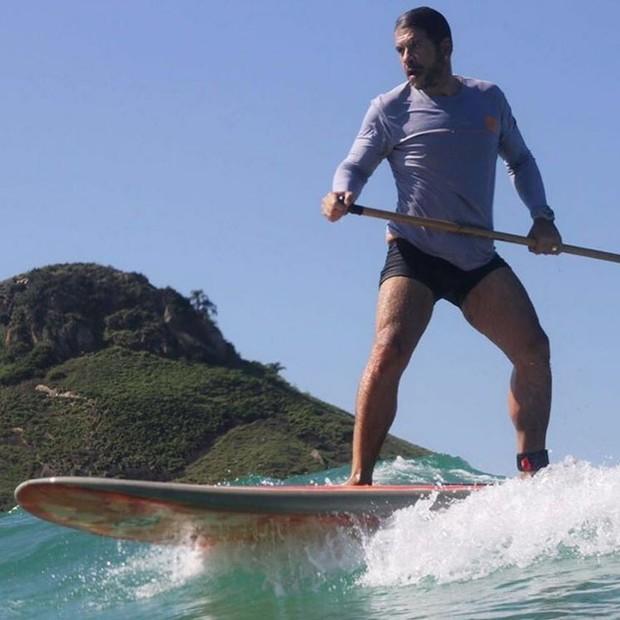 Leandro Hassum praticando stand up paddle (Foto: Reprodução/Instagram)