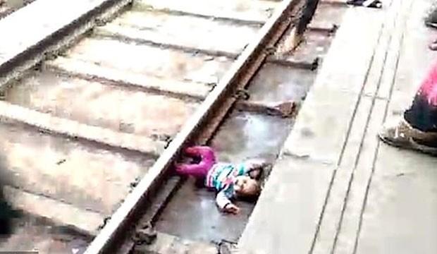 A menina caiu no trilho do trem (Foto: Reprodução/ Daily Mail)