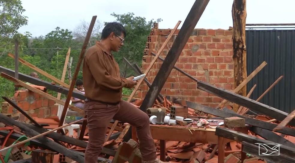 Lavrador Geraldo João da Silva lamenta a destruição da capela construída em homenagem a São Sebastião — Foto: Reprodução/TV Mirante