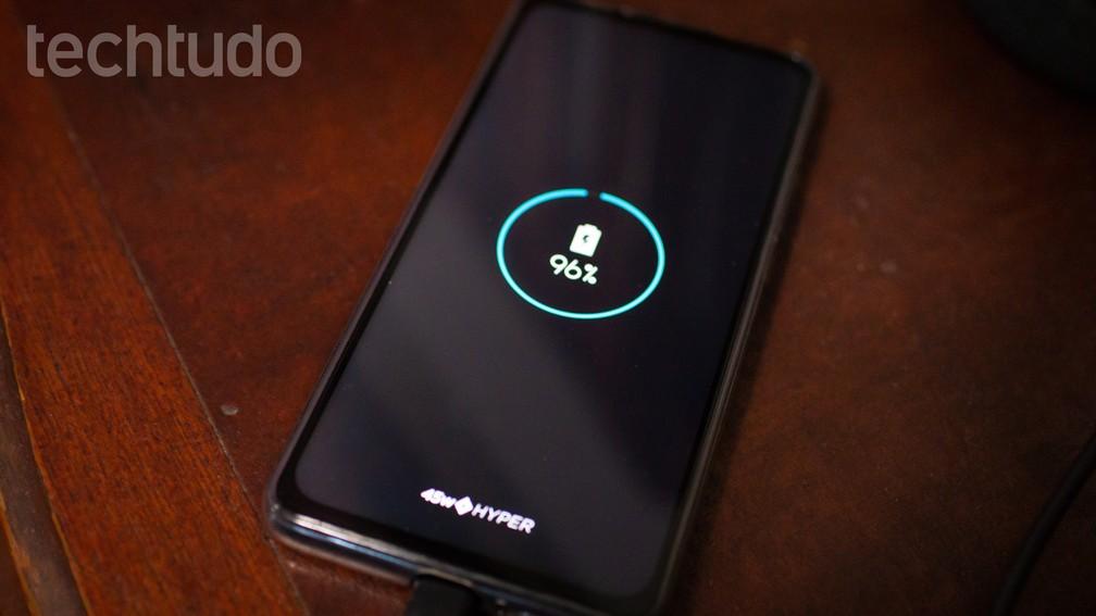 Motorola One Hyper tem carregamento rápido que leva bateria a 100% em uma hora — Foto: Rubens Achilles/TechTudo