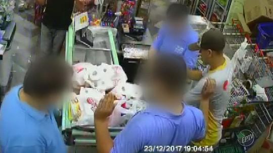 Suspeitos assaltam mercado de Socorro com metralhadora; veja o vídeo
