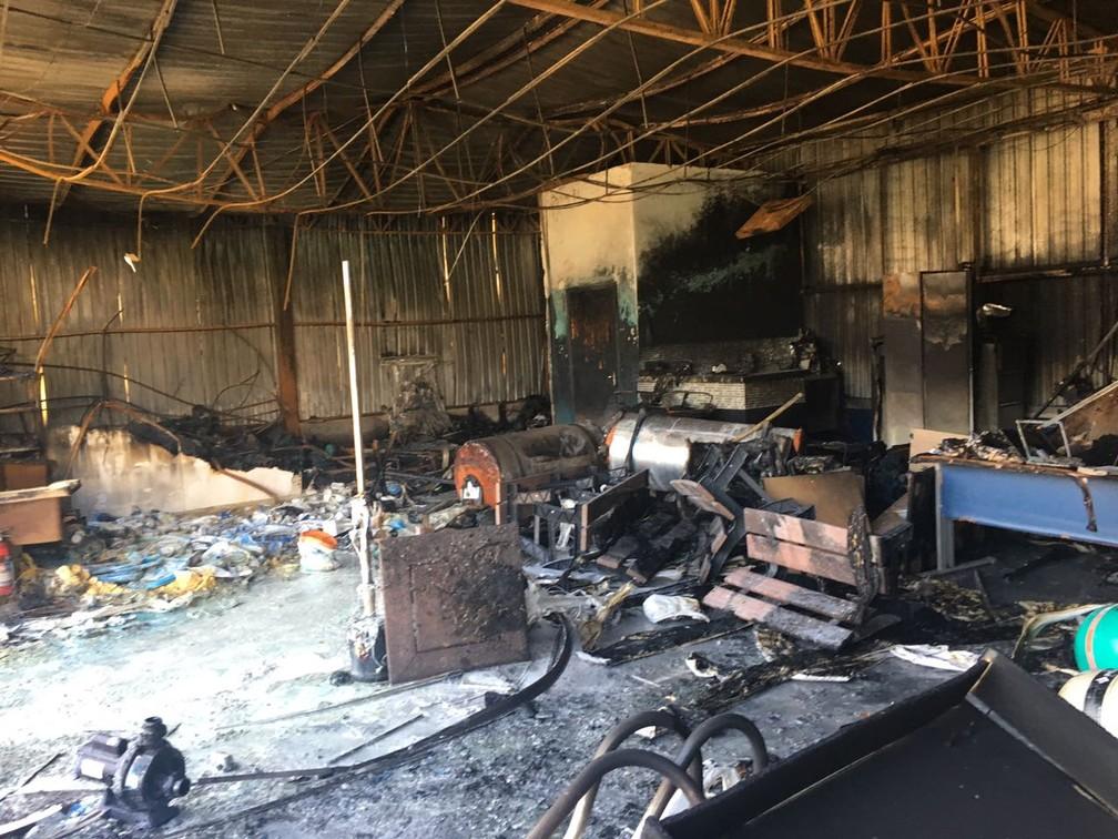 Loja de piscinas foi destruída pelo fogo, em Presidente Prudente (Foto: Valmir Custódio/G1)