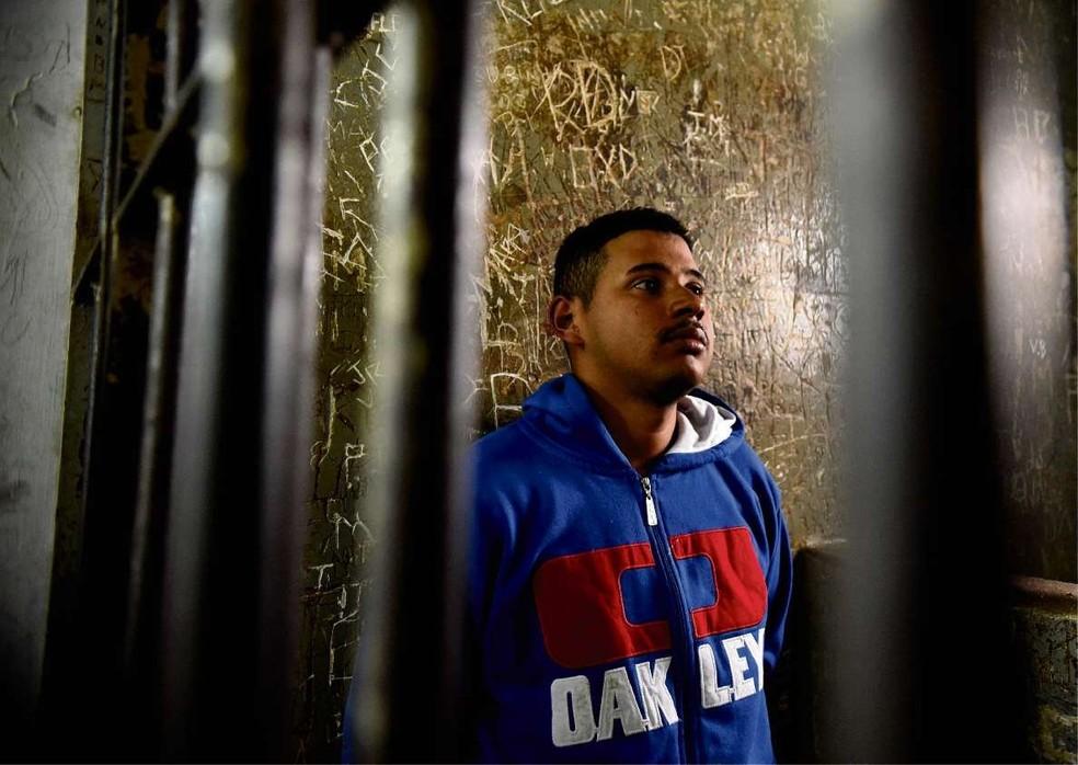 Jhonathan Rosa Oliveira, 23, preso por tentar matar os pais a pauladas, no bairro Novo Horizonte, em Cariacica (Foto: Fernando Madeira/ A Gazeta)