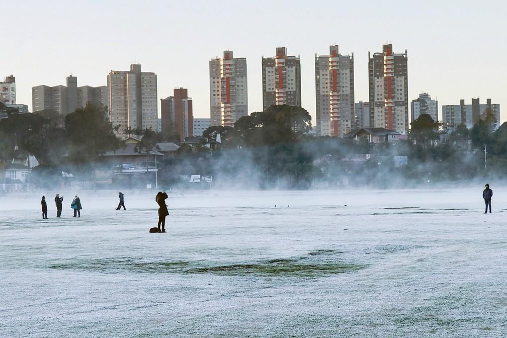 Curitibanos e turistas tiram fotos na geada do Parque Barigui — Foto: Ricardo Marajó/FAS