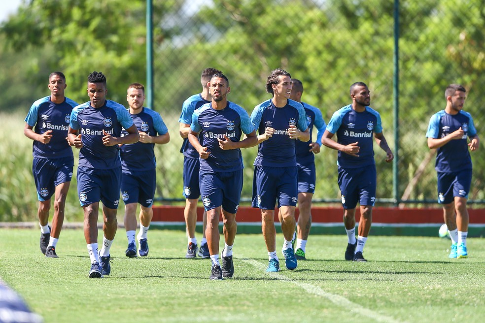 Titulares apenas correram no trabalho de sexta-feira — Foto: Lucas Uebel/Grêmio