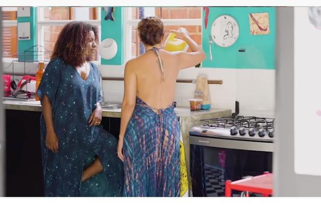 Fabiula Nascimento recebe a atriz Shirley Cruz em sua casa, com objetos de decoração como o prato desenhado pela artista plástica Rita Wainer (Foto: Reprodução/Instagram)
