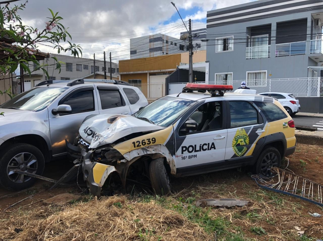 Carro da PM bate em veículo estacionado em quintal após acidente, em Guarapuava