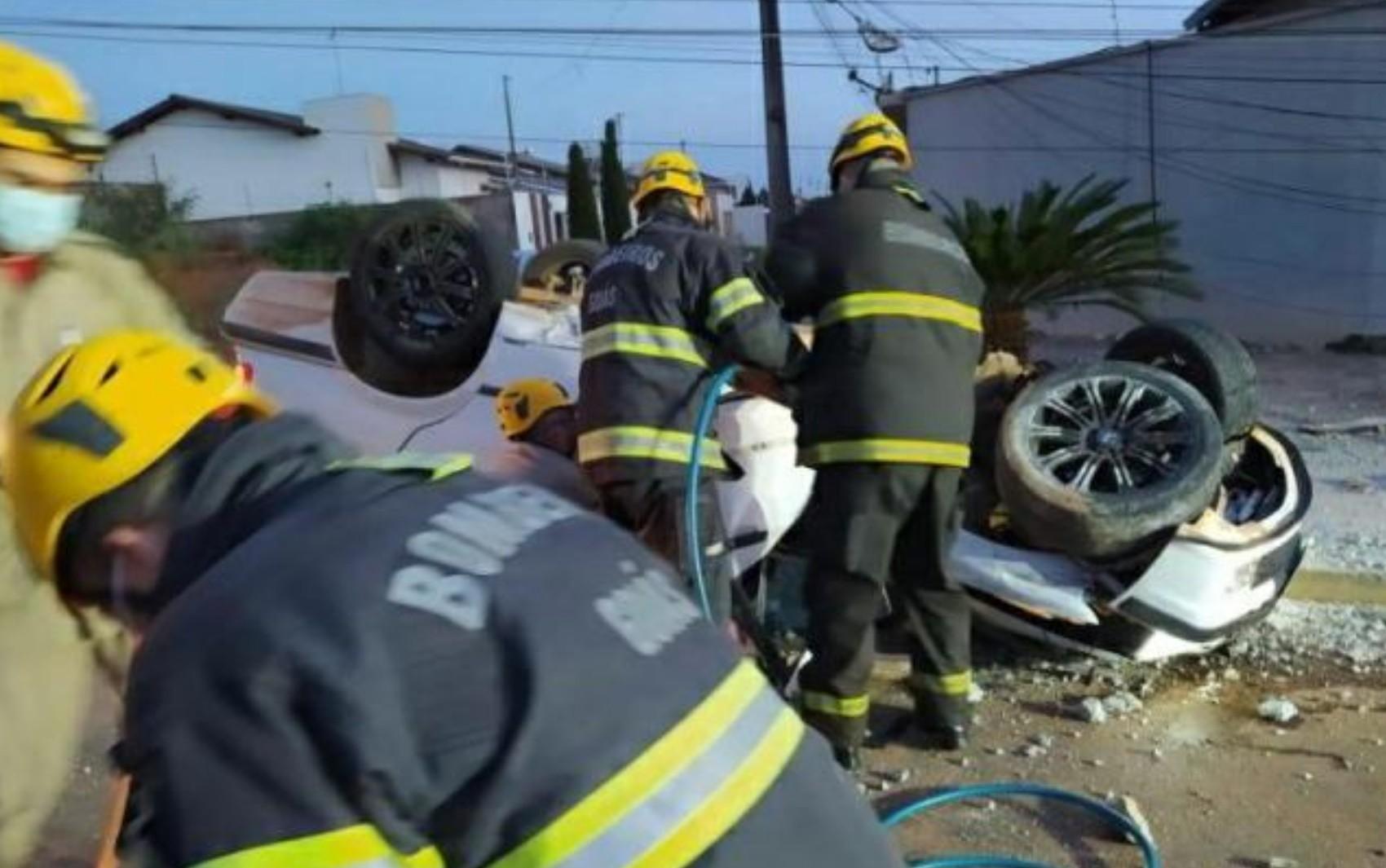 Motorista é resgatado após BMW quebrar poste ao meio, capotar e parar de cabeça para baixo em rua de Anápolis; vídeo