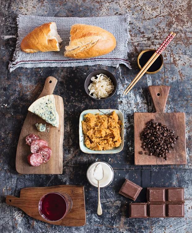 Pão, shoyu, chucrute, queijo, salame, missô, café, vinho, iogurte, chocolate: todos esses alimentos passam por fermentação em algum estágio do seu preparo (Foto: Elisa Correa / Editora Globo)