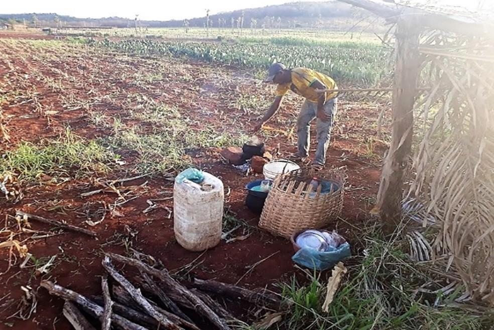 Trabalhadores preparavam as refeições em fogareiros improvisados no chão — Foto: Divulgação/Ministério do Trabalho