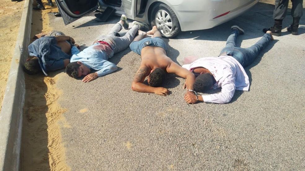 Os quatro homens que estavam no carro em fuga foram presos   (Foto: Divulgação/PM)