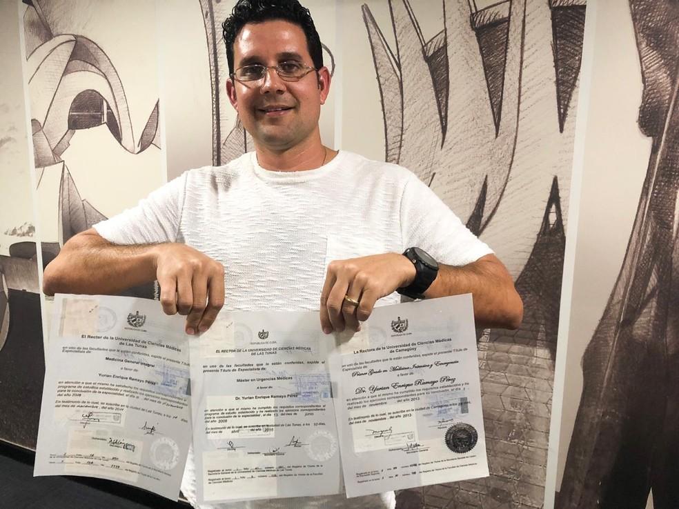Médico cubano Yurian Pérez com certificados de formação e de especialização — Foto: Michele Mendes/TV Globo