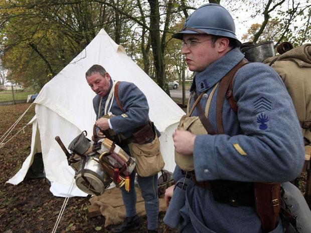Na véspera do 'dia do armistício', celebrado em 11 de novembro, data que marcou o fim da primeira guerra mundial em 1918, franceses reencenam front de combate, em cemitério militar de Notre Dame de Lorette (Foto: Pascal Rosssignol/Reuters )
