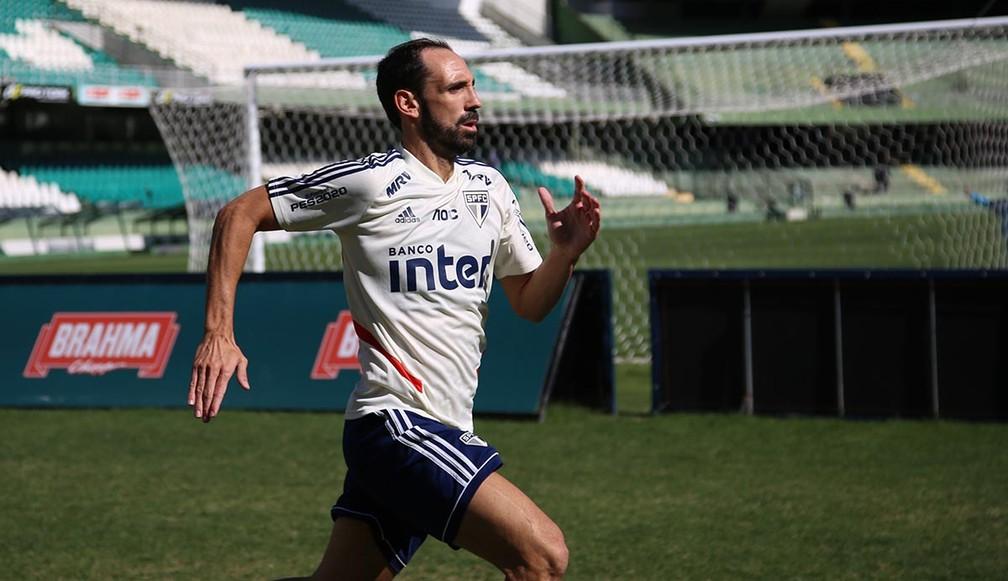 Juanfran participa do treino do São Paulo em Curitiba — Foto: Rubens Chiri/saopaulofc.net