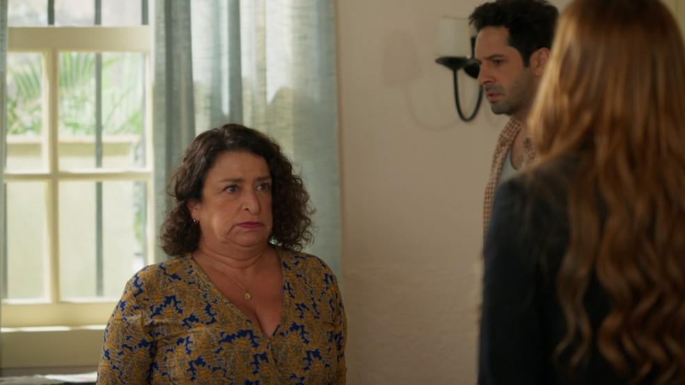 Ermelinda (Grace Gianoukas) pede desculpas a Alexia (Deborah Secco) em 'Salve-se Quem Puder' — Foto: Globo