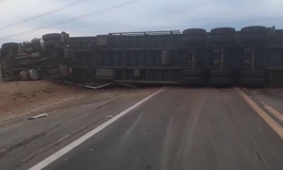 Caminhão ficou atravessado e bloqueou a pista entre Getulina e Guaimbê  — Foto: Felipe Modesto / TV TEM