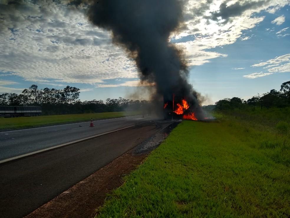 Carreta que pegou fogo na Rodovia Castello Branco transportava carga de roupas  — Foto: Arquivo Pessoal
