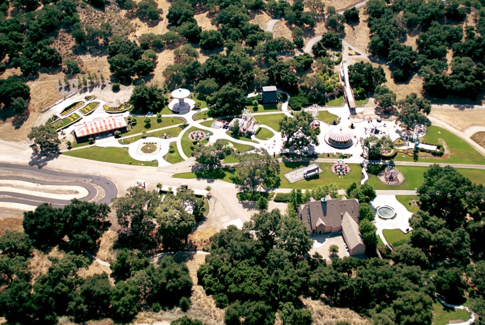 Foto de 2001 mostra vista aérea do rancho Neverland, propriedade que pertencia a Michael Jackson — Foto: Jason Kirk / Getty Images North America/AFP